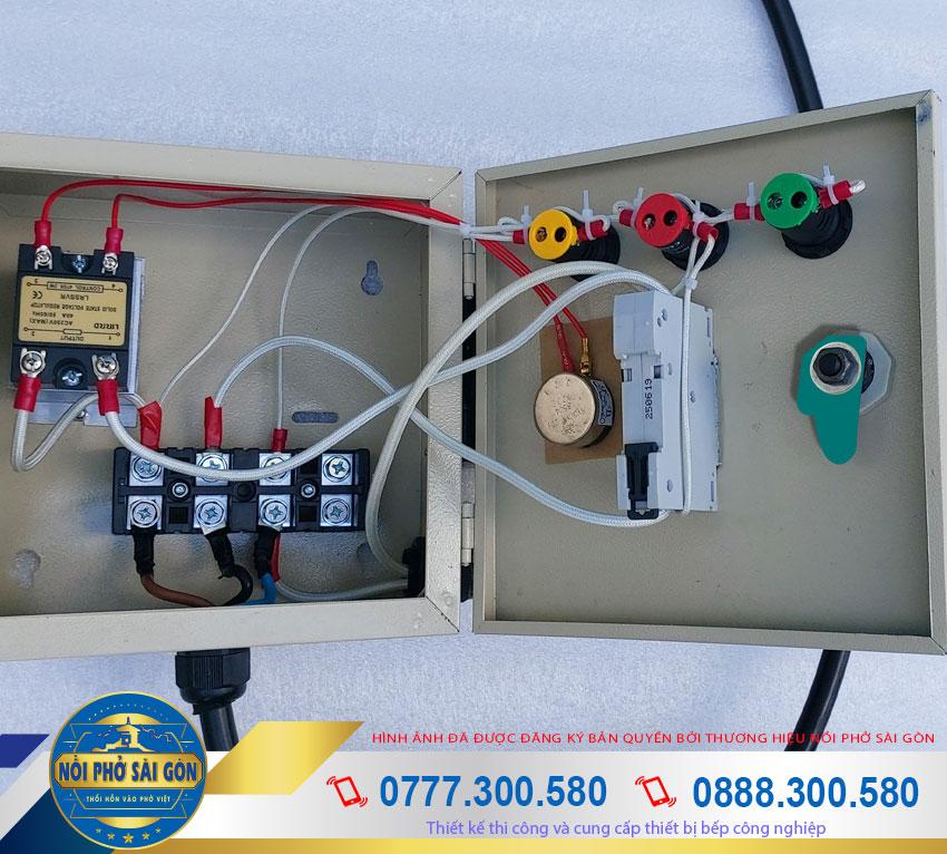 Chi tiết phần dây điện bên trong hộp điện điều khiển nồi nấu hủ tiếu bằng điện.
