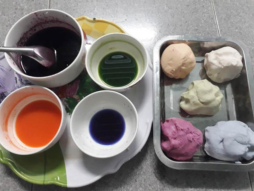 Cách làm phần bột bánh chè trôi nước ngũ sắc.